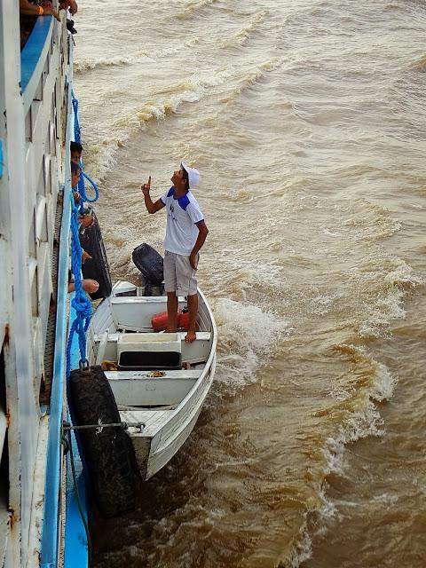 Comerciantes no barco de Manaus a Santarém, no meio do Rio Amazonas