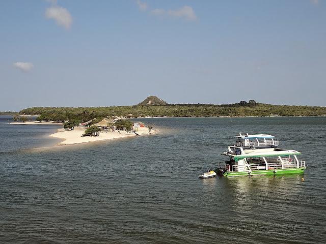 O istmo não perene que divide a baía da lagoa em Alter do Chão - Rio Tapajós