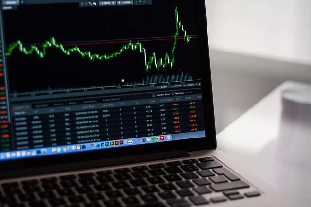 ETFs ou ações? Investir passivamente em fundos de índice ou ativamente em  ações individuais?