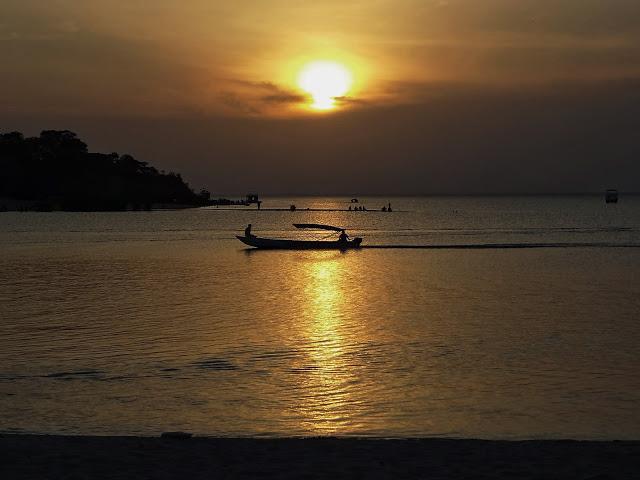 Pôr do sol em Alter do Chão, no rio Tapajós desaguando no Rio Amazonas.