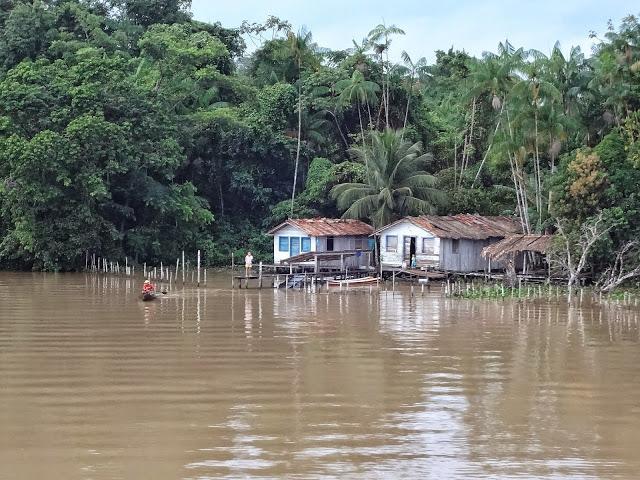 Comunidades ribeirinhas no Rio Amazonas, após a saída de Alter do Chão