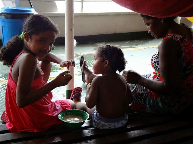 Crianças no barco de Manaus a Santarém, quase chegando a Alter do Chão
