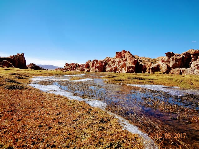 Aos poucos, o gelo derrete nos arredores da Lagoa Catal no Salar de Uyuni