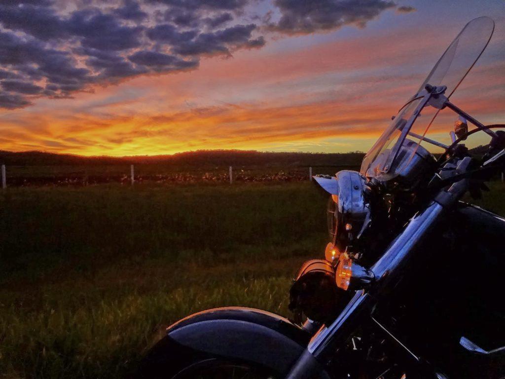 Uma viagem de moto pelo interior do Brasil - amanhecendo na estrada