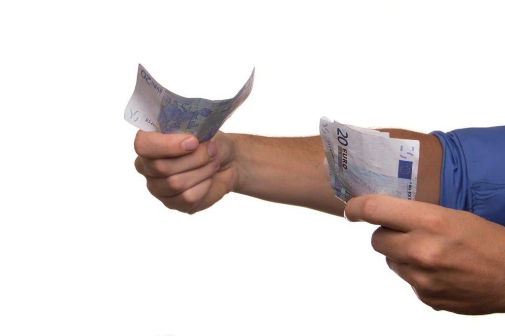 É correto emprestar dinheiro para um amigo, parente ou alguém da família?