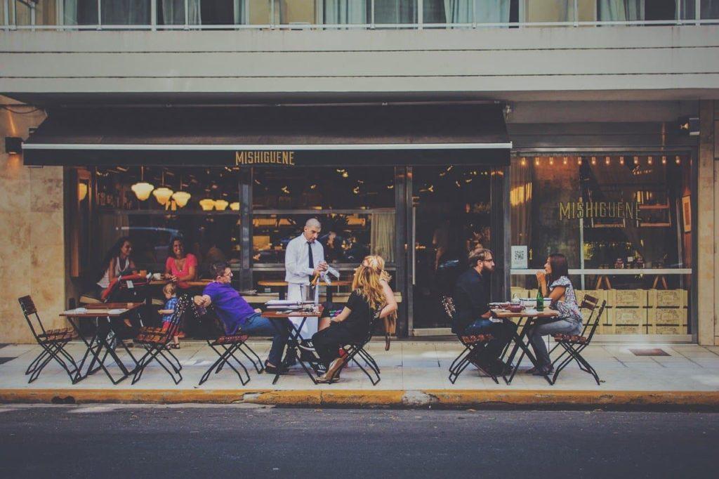 Finanças pessoais, educação e independência financeira: assunto de mesa do bar?