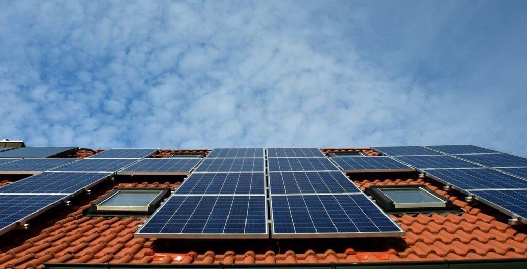 Painéis solares no telhado de casa